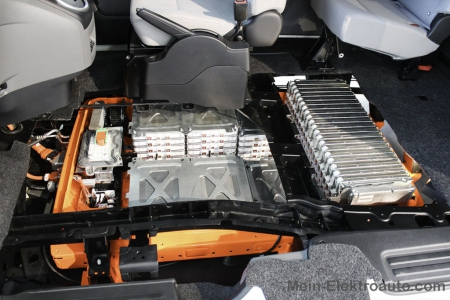 Hier sind die einzelnen Lithium-Ionen Akkuzellen der Batterieeinheit im Elektroauto Nissan e-NV200 zu sehen.