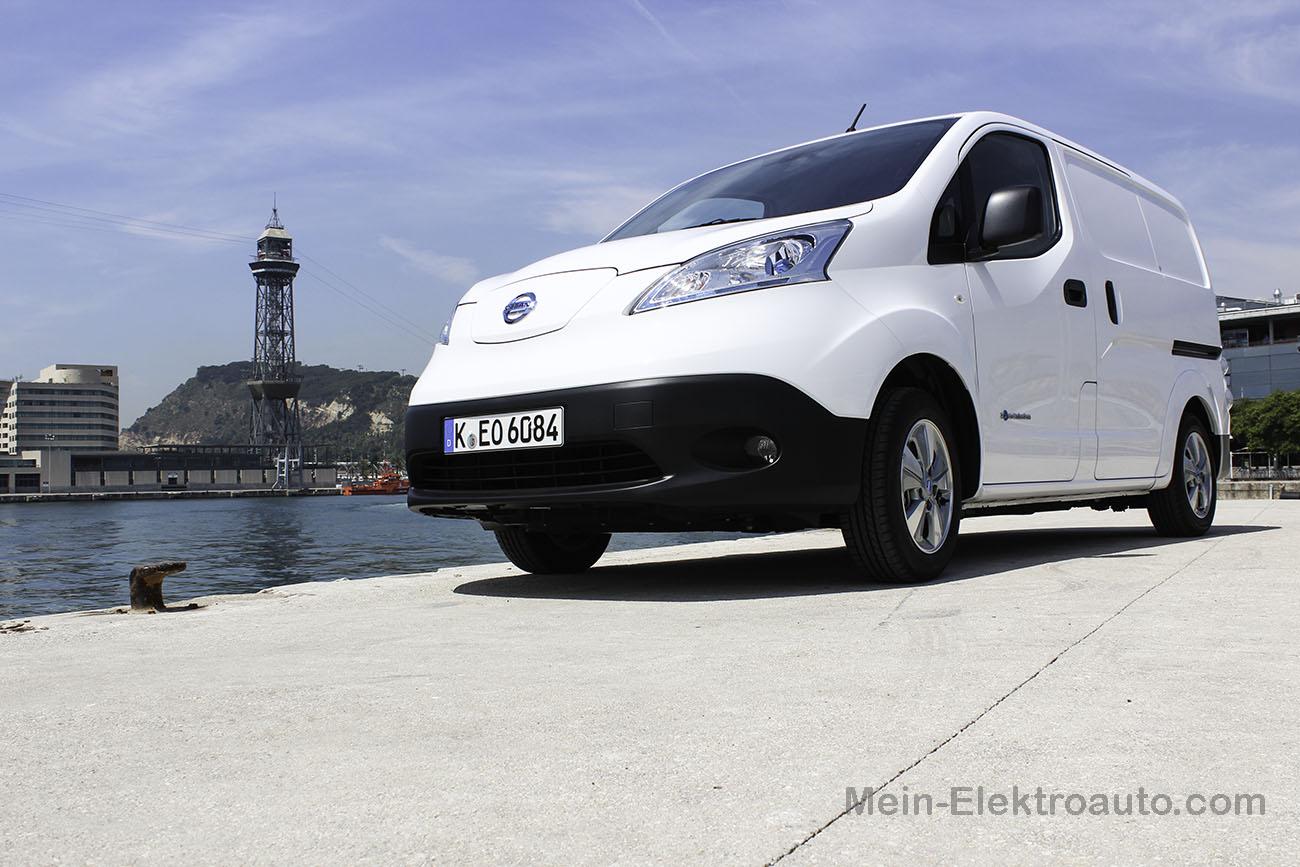 Elektroauto Nissan e-NV200 im Industriehafen von Barcelona.
