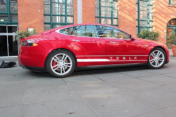Das Elektroauto Tesla Model S liefert über 23 gute Gründe für die Elektromobilität