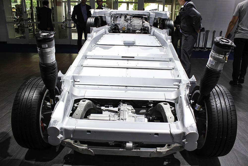 Infografik - Aus diesen Rohstoffen besteht das Elektroauto Tesla ...